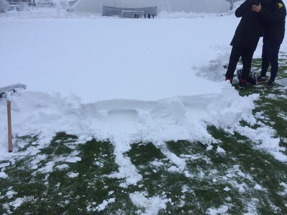 Čišćenje snega na terenu Čukaričkog u nedelju