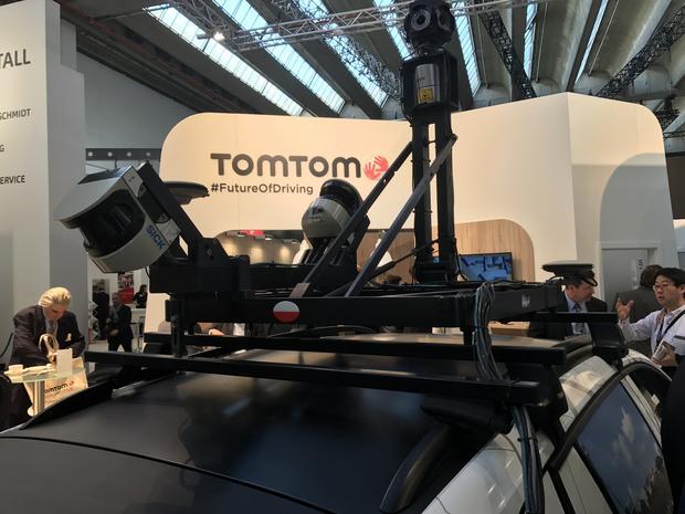 Kamery i laserowe głowice tzw. lidarów na dachu firmowego samochodu do zbierania danych mapowych. Zestaw zbudowano w Łodzi