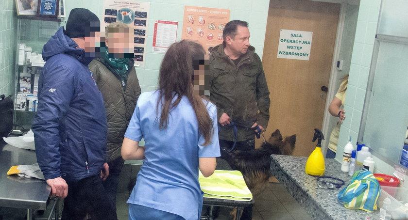 Kamil Durczok z psem u weterynarza
