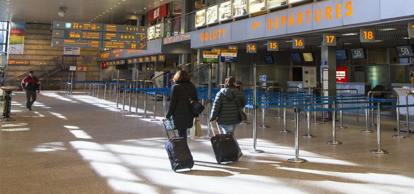 Naga kobieta z termosem w ręku. Wesoło zagadywała ludzi na lotnisku