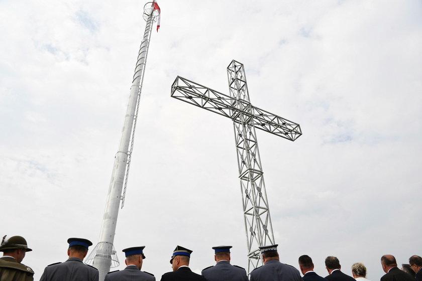 W małej wsi Tuligłowy stanął gigantyczny krzyż