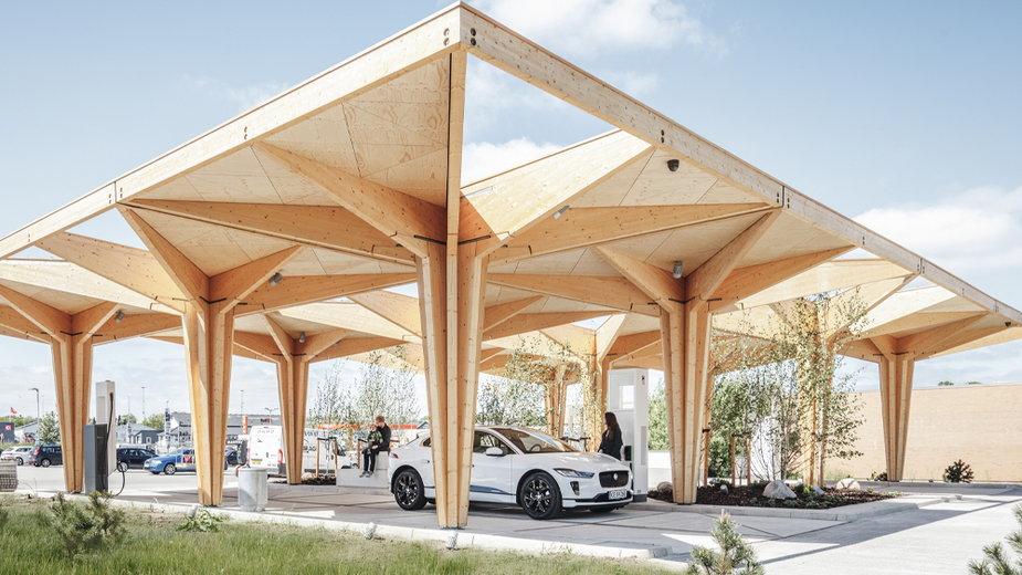 Jest niemal cała z drewna. Stacja ładowania samochodów elektrycznych