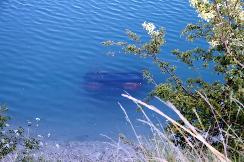 Auto stoczyło się do wody. Ratownicy walczyli o życie kierowcy