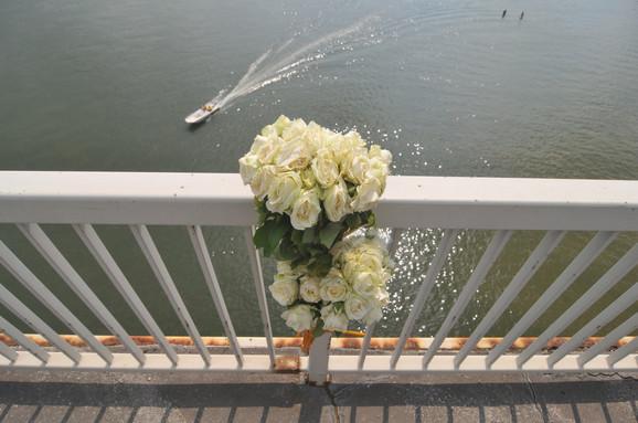 Aleksandrini prijatelji ostavljaju cveće na Mostu slobode odakle se veruje da je skočila
