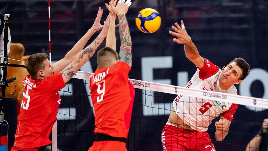 Łukasz Kaczmarek w ataku w meczu Polska - Rosja w ME siatkarzy
