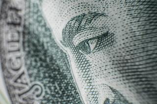 Oszczędzający uciekają przed inflacją w rządowy dług