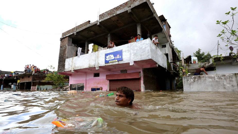Powódź w Indiach, skutek tropikalnego cyklonu, sierpień 2020 r.