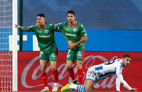 Žonatan Kaljeri (levo) slavi pogodak za pobedu Alavesa protiv Real Sosijedada