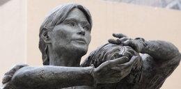 Postawili Carli Bruni pomnik!