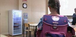 Nowa moda w szkołach. Sanepid ostrzega