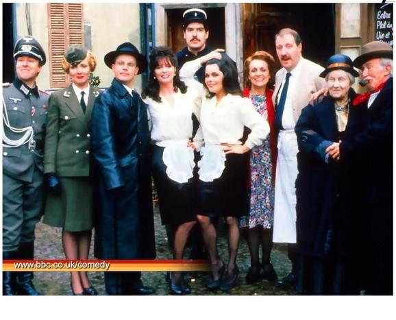 S leva na desno: Poručnik Gruber, Helga, her Flik, Ivet, Krebtri(stoji sam u redu), Marija, Edit, Rene, madamfani, leKler.