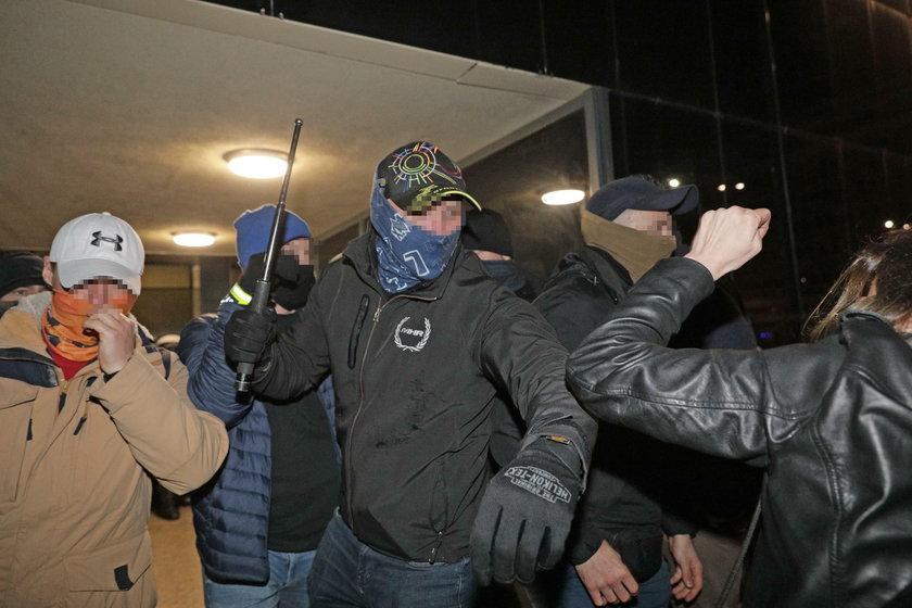 Nieumundurowani policjanci podczas protestów