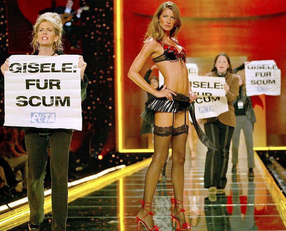 Victoria's Secret - Gisele Bundchen i protest PETA na pokazie w 2002 roku