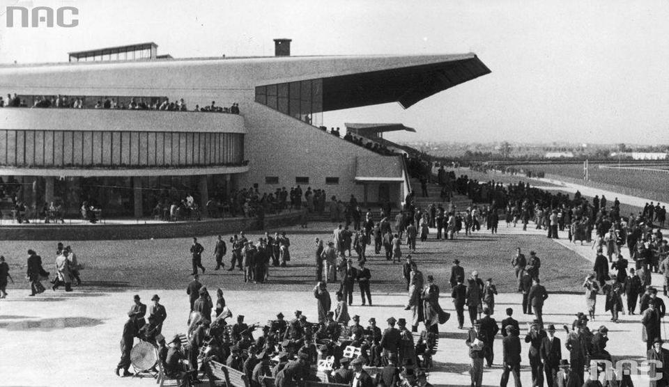 Kibice na nowym torze wyścigowym przed główną trybuną. W głębi widoczna trybuna z najtańszymi miejscami, 1939 r.