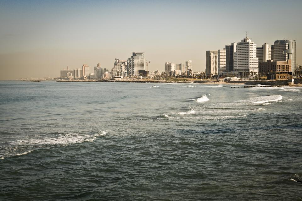 Tel Awiw to ogromne piaszczyste plaże...