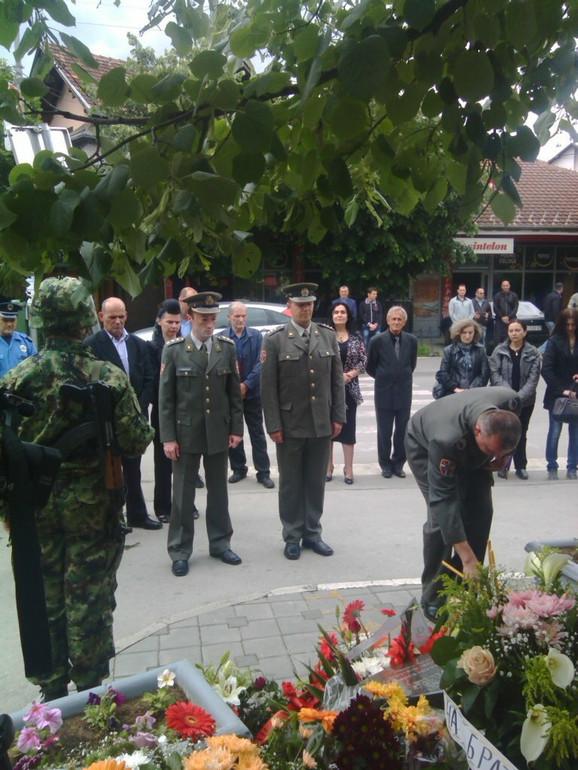 Među poginulima i dvogodišnji dečak: Sa polaganja venaca u Novom Pazaru