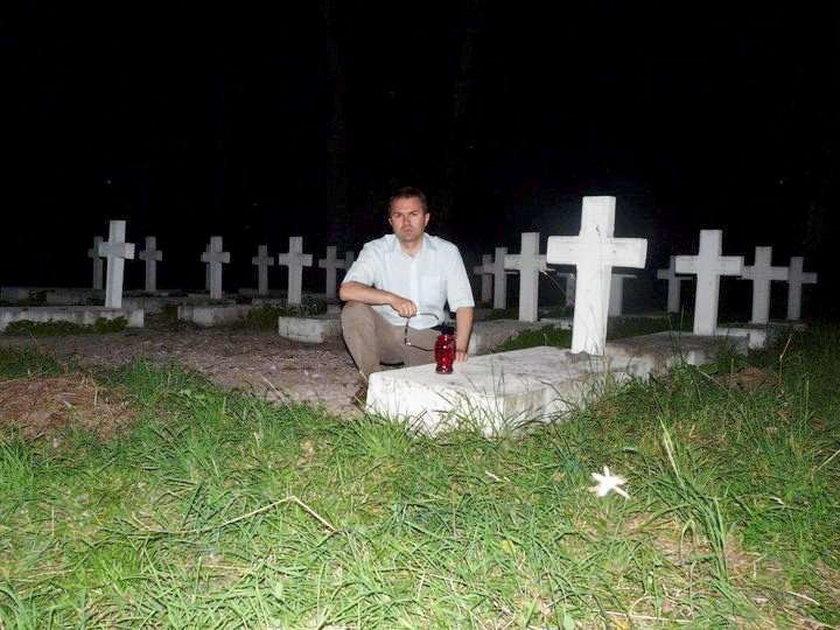 Dziwne hobby posła. Fotografuje się przy grobach