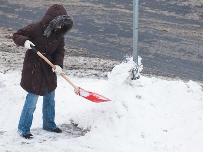 Ne čekajte da vas ZATRPA SNEG! Ovaj GENIJALAN TRIK SA LOPATOM olakšaće čišćenje snega i to VIŠESTRUKO