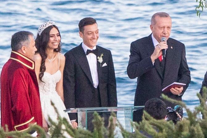 Mesut Ozil sa suprugom Amine Gulse i kumom Erdoganom