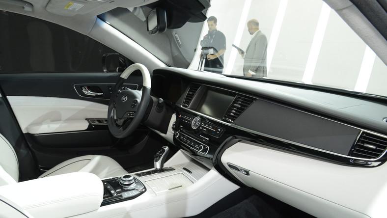 W czasie salonu samochodowego w Los Angeles Kia odsłoniła zapowiadany już od pewnego czasu najnowszy i najbardziej luksusowy model - to sedan K900. Przedstawiciele koreańskiej marki nie ukrywają, że tym autem chcą powalczyć o klientów... marek z wyższej półki. Czego mają spodziewać się kierowcy?