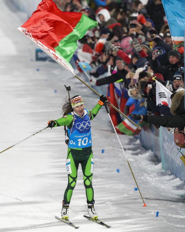 Darja Domračeva sa beloruskom zastavom prolazi prva kroz cilj