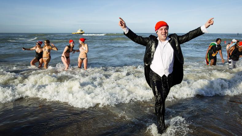 Dziesiątki tysięcy mieszańców wzięło kąpiel w lodowatym morzu