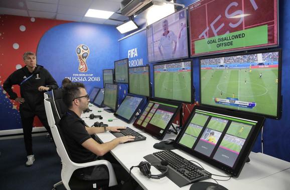 Kontrolna soba sa ekranima za VAR