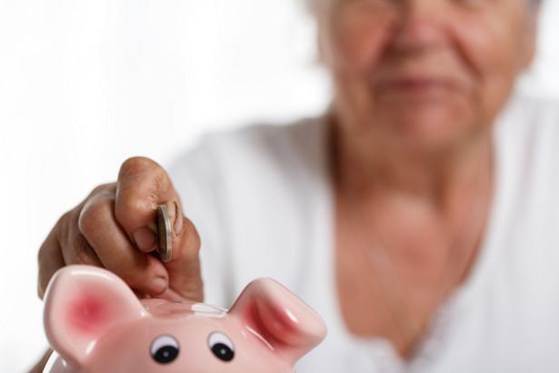 Osoby, które odłożyły niewiele składek, mogą otrzymać emeryturę minimalną finansowaną z budżetu.