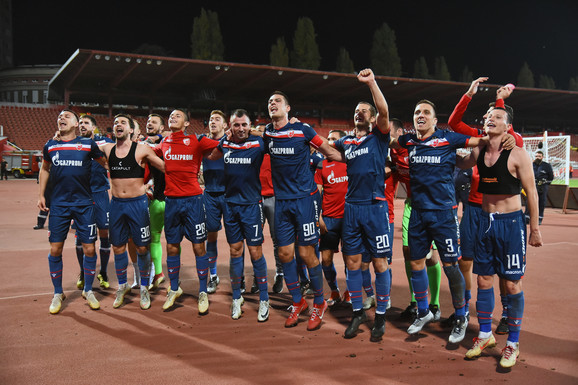 Fudbaleri Zvezde slave pobedu nad Proleterom sa navijačima