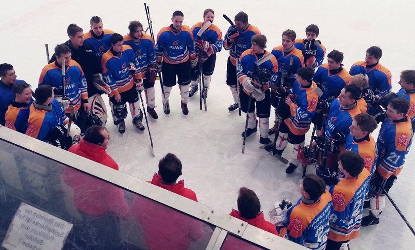 Młodzież walczy o hokejowe medale