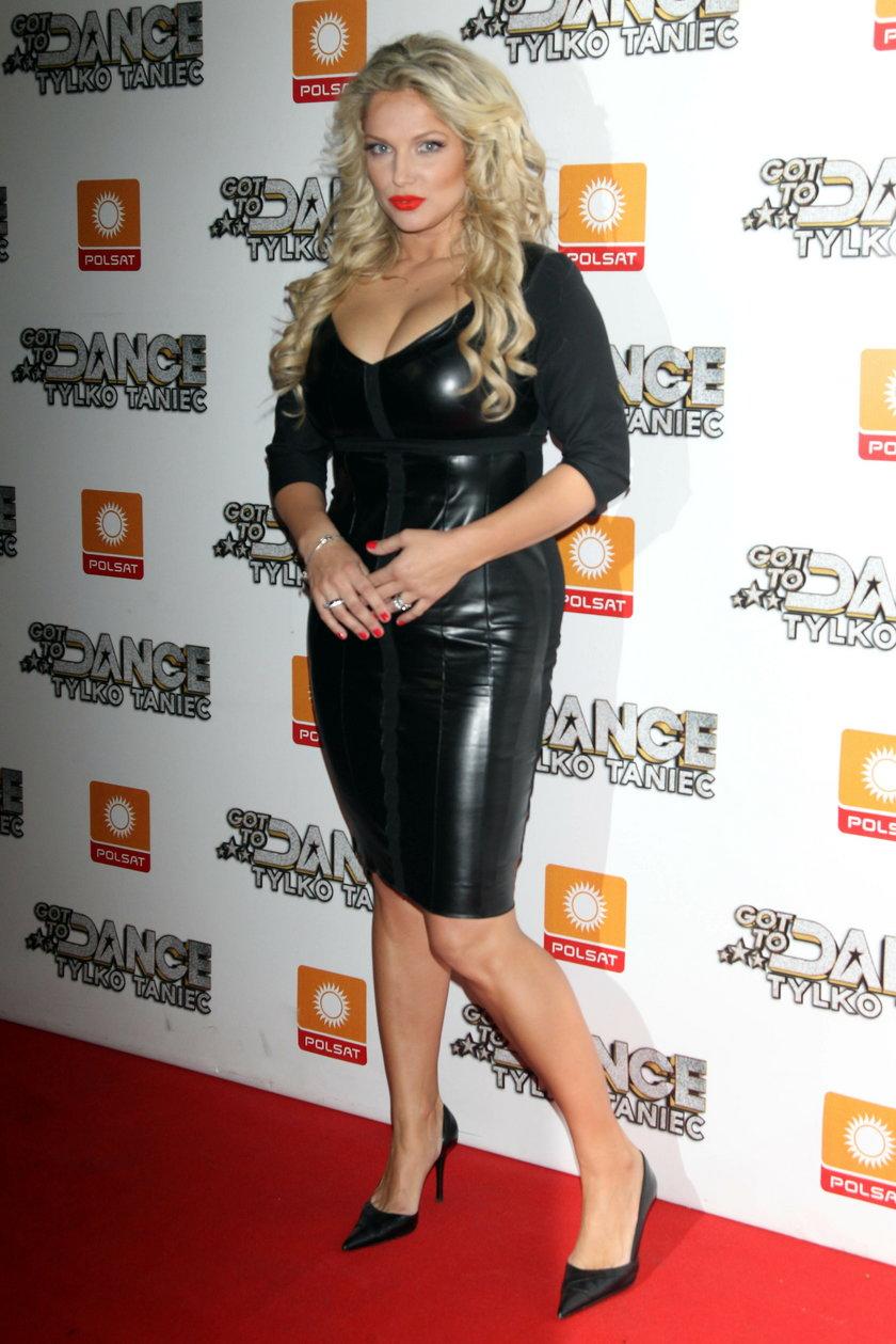 Joanna Liszowska w czarnej, obcisłej sukience