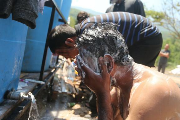 U kamp Vučjak stigle cisterne s vodom, migranti POHRLILI NA TUŠIRANJE