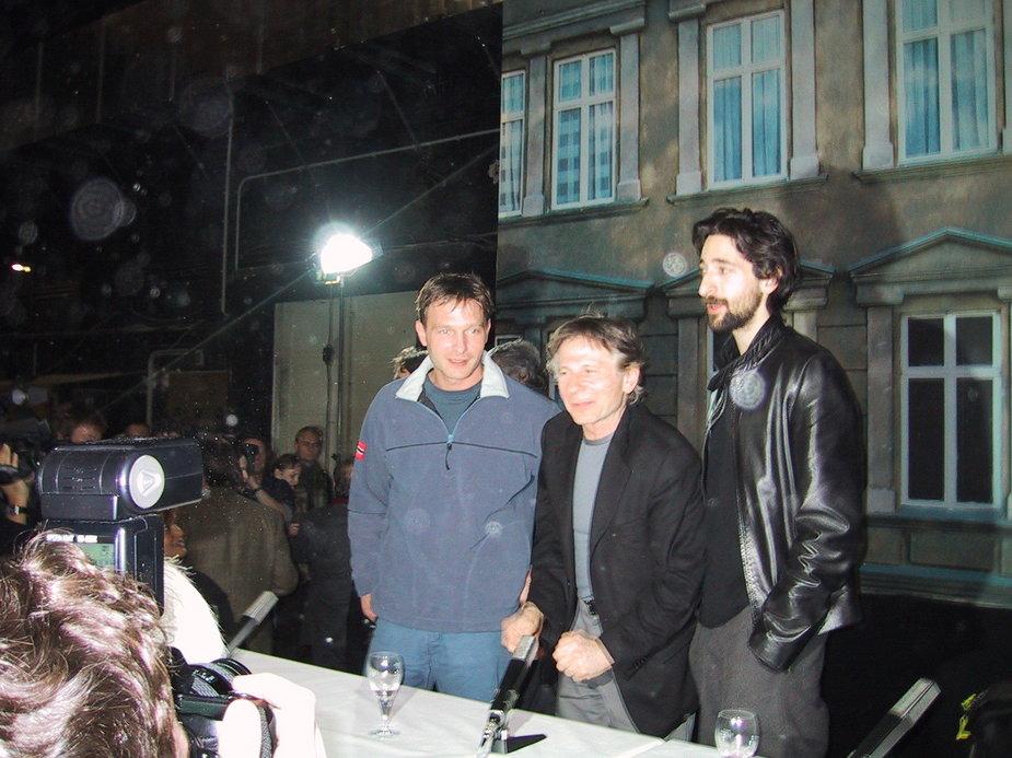 """Thomas Kretschmann, Roman Polański i Adrien Brody podczas konferencji prasowej do filmu """"Pianista"""""""