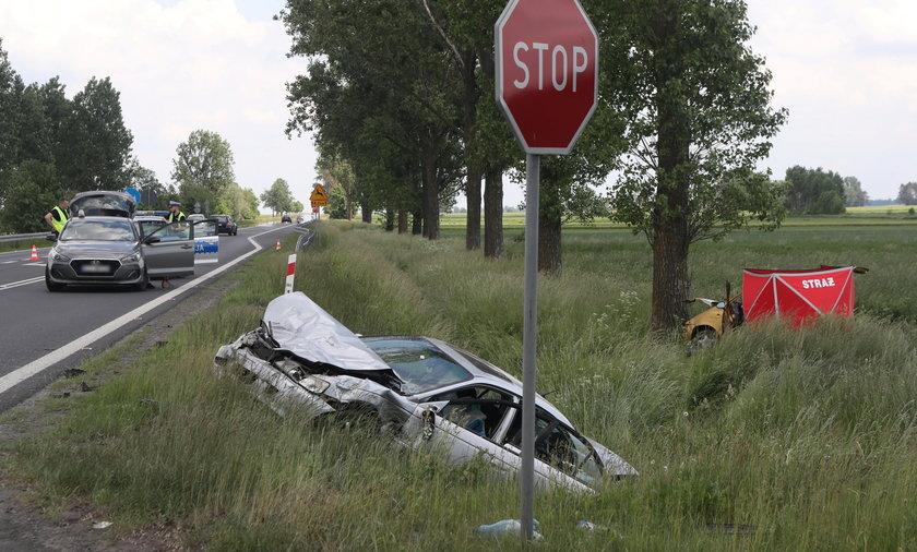 Śmiertelny wypadek pod Łowiczem. Honda wylądowała w rowie.