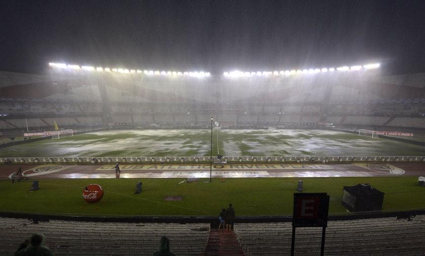 Oberwanie chmury storpedowało hitowy mecz Argentyna - Brazylia