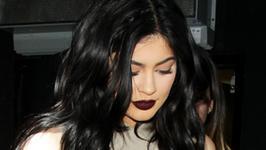 Kylie Jenner reklamuje błyszczyk, jednak nikt nie patrzy na jej usta