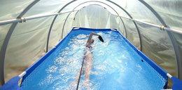 Utalentowana pływaczka trenuje w ogrodowym tunelu. Zobacz zdjęcia!