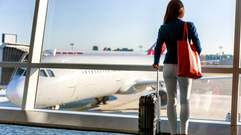 W razie overbookingu linie lotnicze poszukują pasażerów, którzy dobrowolnie zgodzą się polecieć w innym terminie. Wypłacają im wówczas rekompensaty. Ten, komu odmówią wejścia na pokład wbrew jego woli, ma prawo do odszkodowania w wysokości do 600 euro