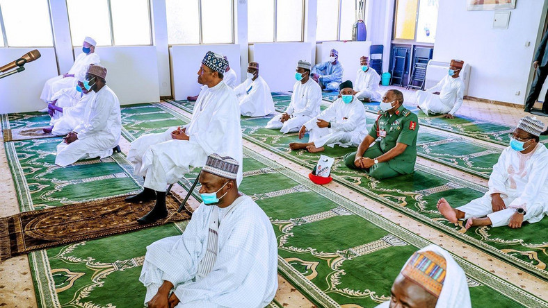 President Muhammadu Buhari observes Juma'at prayer as FCT reopens mosques. [Twitter/@BashirAhmaad]
