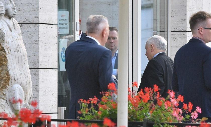 Jarosław Kaczyński wchodzi na spotkanie klubu PiS