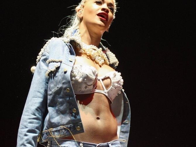 Rita Ora bisere spaja sa buntovnim izgledom
