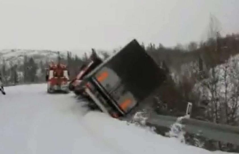 Tir spadł w przepaść! Kierowca nie zdążył wyskoczyć! WIDEO