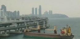Statek wpłynął wprost na... ruchliwą autostradę!