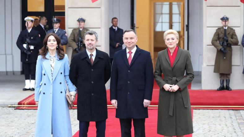 Przy podejmowaniu pary książęcej Danii przed Pałacem Prezydenckim w Warszawie obie panie występowały w płaszczach i wtedy zdecydowanie lepsze wrażenie robiła księżna. Jej stylizacja ze względu na kolory i wydawała się żywsza, delikatniejsza i bardziej nonszalancka...