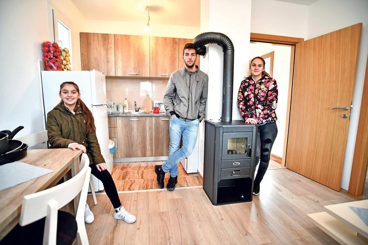 Nikola, Nikolina i Nevena u svom novom domu