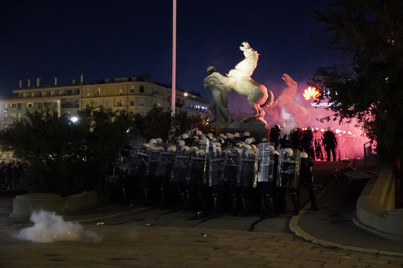 Policija je potisnula demonstrante i sa bočnih strana prilaza