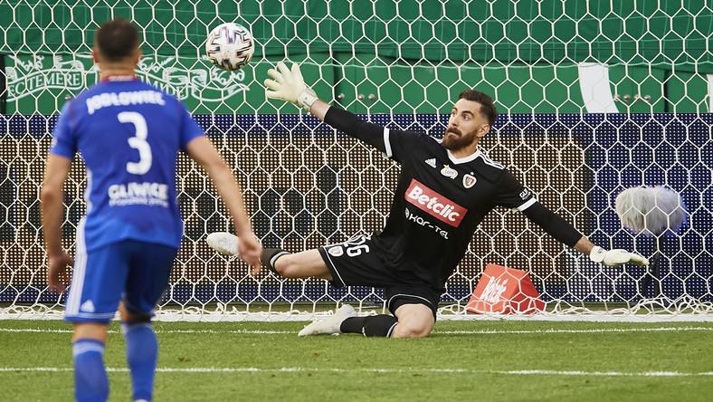 Bramkarz Piasta Gliwice Frantisek Plach (C) pokonany z rzutu karnego przez Flavio Paixao z Lechii Gdańsk, podczas meczu grupy mistrzowskiej piłkarskiej Ekstraklasy