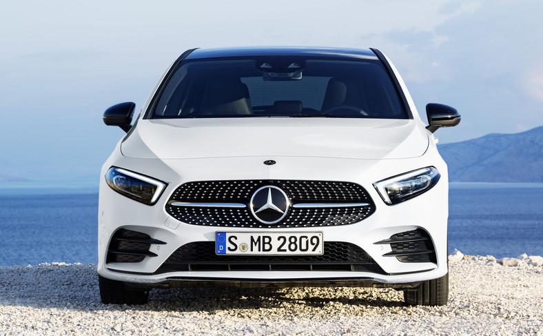Z listy dodatków można zamówić reflektory Multibeam LED zapożyczone z modeli Mercedesa klasy luksusowej. W każdym mieści się 18 osobno aktywowanych diod o barwie światła dziennego. Na życzenie producent zamontuje wysokowydajne reflektory LED High Performance. Standardowo klasa A wyposażona jest w halogenowe lampy ze zintegrowanymi LED-owymi światłami do jazdy dziennej