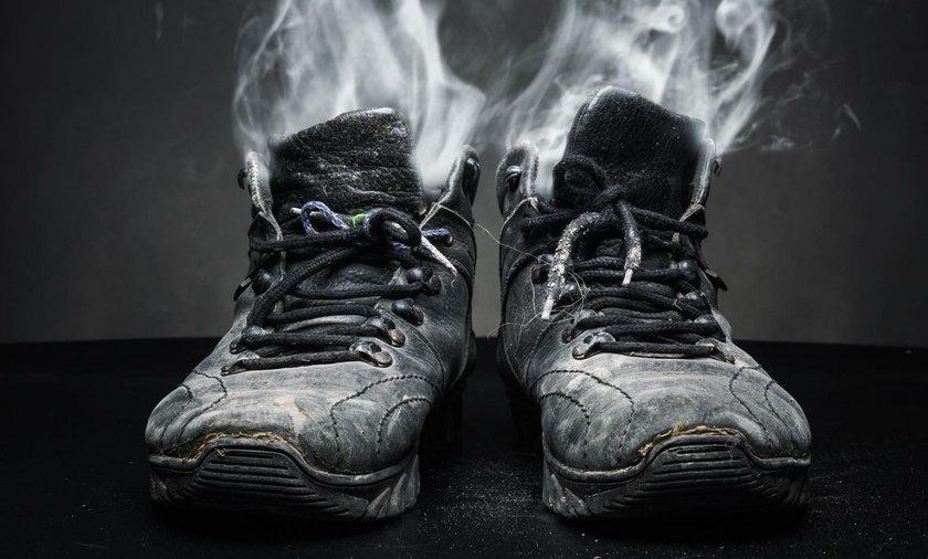 Śmierdzące buty. Jak pozbyć się nieprzyjemnego zapachu obuwia?