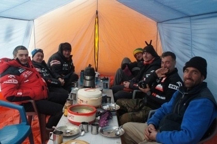 Alpiniści w obozie